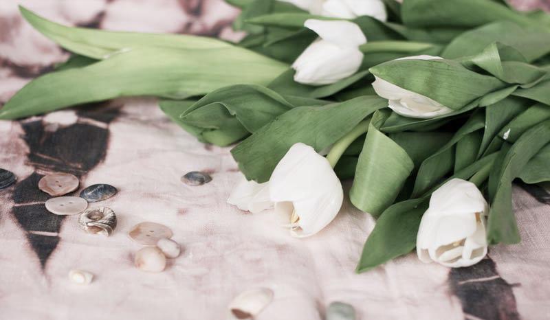 белые тюльпаны на ткани