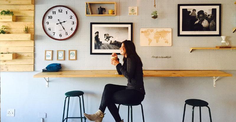 Девушка пьет кофе. Фото
